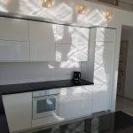 Virtuvinis palangos baldai juoda balta modernas